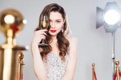 Известная женщина держа стекло шампанского Стоковое Фото