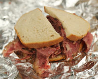 Известная пастрома на сандвиче рож в гастрономе Нью-Йорка стоковые фото
