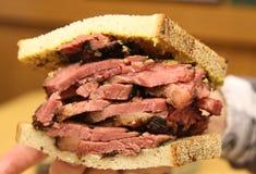 Известная пастрома на сандвиче рож служила в гастрономе Нью-Йорка стоковое фото