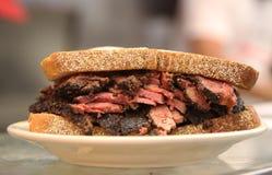 Известная пастрома на сандвиче рож служила в гастрономе Нью-Йорка стоковые фото