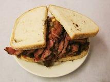 Известная пастрома на сандвиче рож служила в гастрономе Нью-Йорка стоковая фотография rf