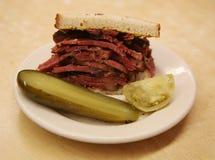 Известная пастрома на сандвиче рож служила с соленьями в гастрономе Нью-Йорка стоковые изображения