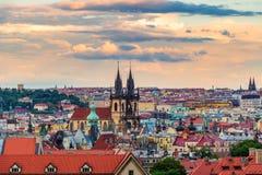 Известная сцена, городской пейзаж Праги, чехии Башни церков нашей городской площади дамы Перед Tyn В Стар Стоковые Фотографии RF
