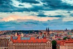 Известная сцена, городской пейзаж Праги, чехии Башни церков нашей городской площади дамы Перед Tyn В Стар Стоковое Изображение RF
