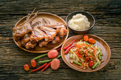 Известная тайская еда, салат папапайи и зажаренный цыпленок Стоковые Изображения