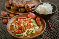 Известная тайская еда, салат папапайи и зажаренный цыпленок Стоковая Фотография