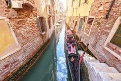Известная шлюпка гондолы на канале Венеции Сценарный старый взгляд улиц Итальянская лагуна Стоковое Изображение