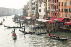 Известная шлюпка гондолы на канале на Венеции Стоковые Изображения RF