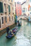 Известная шлюпка гондолы на канале на Венеции Стоковая Фотография