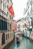 Известная шлюпка гондолы на канале на Венеции Стоковое фото RF