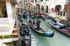 Известная шлюпка гондолы на канале на Венеции Стоковые Фото