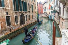 Известная шлюпка гондолы на канале на Венеции Стоковое Изображение