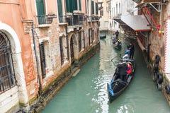 Известная шлюпка гондолы на канале на Венеции Стоковое Изображение RF