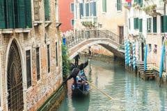 Известная шлюпка гондолы на канале на Венеции Стоковая Фотография RF