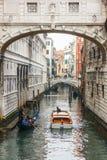 Известная шлюпка гондолы на канале на Венеции Стоковое Фото