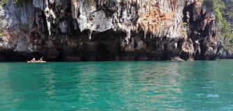 Известное море Таиланда пейзажа с кристаллом - ясной зеленой водой бирюзы и тропическим островом на Krabi, море Andaman, Таиланде стоковые фотографии rf