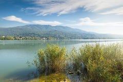 Известное озеро в северной Италии Озеро Варезе, городок Gavirate и dei Fiori Campo горы Провинция Варезе стоковое изображение