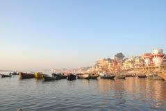 Известное река Ганг и здание вокруг стоковая фотография rf