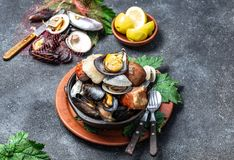 Известное традиционное блюдо юга Чили и архипелага Chiloe - al Hoyo Curanto, Kuranto Различные морепродукты стоковая фотография