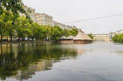 Известное Chistye Prudy (ясный пруд) в Москве в дне лета пасмурном Стоковое Фото