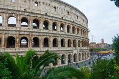 Известное Colosseum в Риме - Colisseo - огромная туристическая достопримечательность в городе стоковые изображения