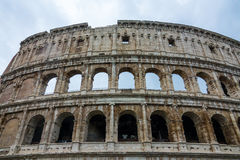 Известное Colosseum в Риме - Colisseo - огромная туристическая достопримечательность в городе стоковая фотография