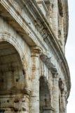 Известное Colosseum в Риме - Colisseo - огромная туристическая достопримечательность в городе стоковое изображение rf