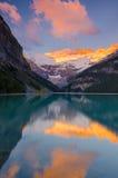 Известное Lake Louise на золотистом утре Стоковые Изображения RF