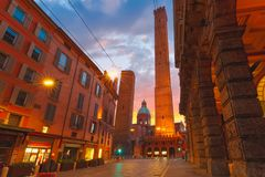 Известные 2 башни болонья на восходе солнца, Италии Стоковое Изображение