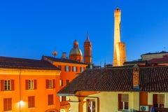 Известные 2 башни болонья на ноче, Италии Стоковая Фотография