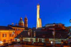 Известные 2 башни болонья на ноче, Италии Стоковое фото RF