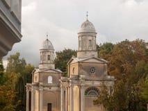 Известные башни mistley раз сгоренный вниз с погоста церков Стоковая Фотография