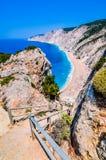 Известные боеприпасы Platia приставают к берегу в острове Kefalonia, Греции Пляж был повлиян на землетрясением весной 2014 Стоковые Изображения
