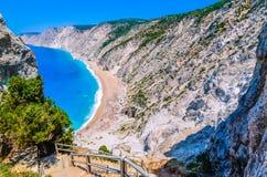 Известные боеприпасы Platia приставают к берегу в острове Kefalonia, Греции Пляж был повлиян на землетрясением весной 2014 Стоковая Фотография RF