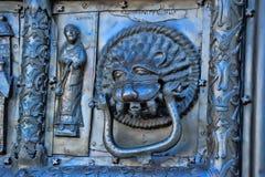 Известные бронзовые западные стробы входа собора St.Sophia в Veliky Новгороде Стоковое Изображение RF