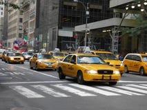 Известные желтые такси спеша в NYC в красивом дне стоковое фото rf