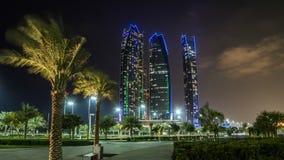 Известные здания башен в hyperlapse timelapse ночи Абу-Даби