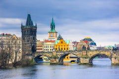 Известные Карлов мост и башня, Прага, чехия Стоковые Изображения RF