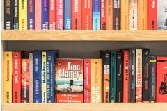 Известные книги для продажи на полке библиотеки Стоковое Изображение