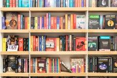 Известные книги для продажи на полке библиотеки Стоковая Фотография