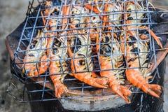 Известные морепродукты и люди известные: креветка зажарила морепродукты bbq на плите, зажаренных креветках реки на пылать стоковые изображения