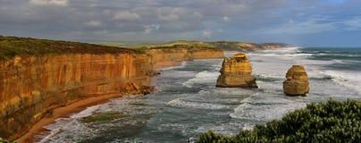 Известные 12 образований стога известняка апостолов в Виктории Стоковые Изображения RF