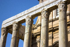 Известные римские столбцы в старых руинах стоковое фото