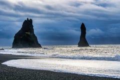 Известные скалы Reynisdrangar на южном побережье Исландии стоковые изображения