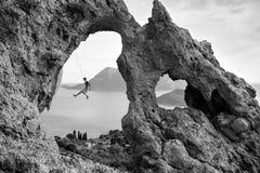 Известные утесы острова Kalymnos, молодого человека взбираясь утес Стоковые Фотографии RF