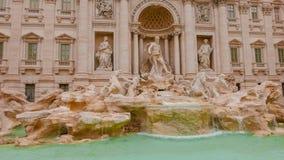 Известные фонтаны Trevi в Риме - огромной туристической достопримечательности Стоковые Изображения RF