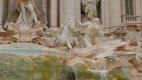 Известные фонтаны Trevi в Риме - огромной туристической достопримечательности Стоковое Изображение RF