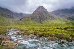 Известные Fairy бассейны с черными горами Cuillin на заднем плане, остров Skye, Шотландии Стоковое Изображение