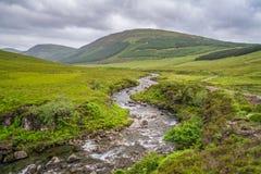 Известные Fairy бассейны с черными горами Cuillin на заднем плане, остров Skye, Шотландии Стоковое Изображение RF