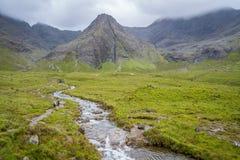 Известные Fairy бассейны с черными горами Cuillin на заднем плане, остров Skye, Шотландии Стоковое Фото
